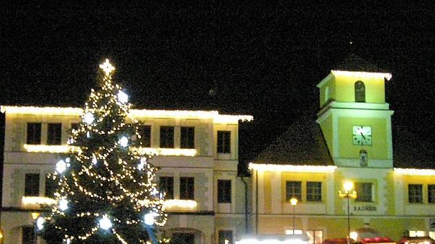 Letošní světelná vánoční výzdoba Votic návštěvníky příjemně překvapuje.