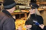 V souvislosti s vánočními nákupy policisté upozorňovali občany na kapesní krádeže a vloupání do vozidel.