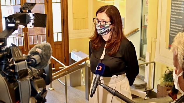 Hejtmanka a předsedkyně Bezpečnostní rady Středočeského kraje Jaroslava Pokorná Jermanová s rouškou na obličeji.
