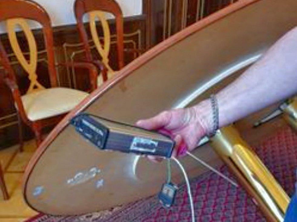 Odstraňování elektronického zařízení, zřejmě rušičky odposlechu, ze salonku v sekretariátu hejtmanky v budově Krajského úřadu Středočeského kraje.