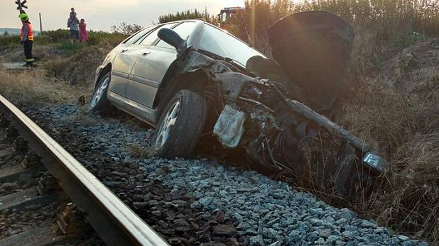 Střet vlaku s osobním automobilem na přejezdu nedaleko železniční stanice Vlašim.