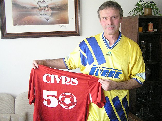 Petr Čermák se ve svém bytě oblékl do dresu Švarc Benešov a ukázal reprezentační dres, který dostal k narozeninám.
