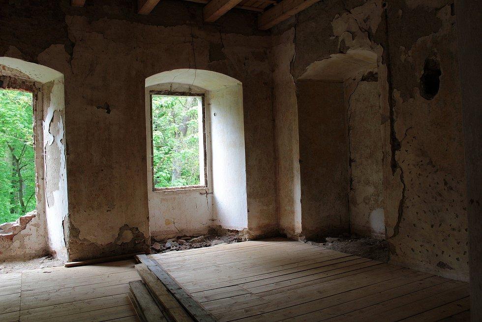 Z postupné záchrany zdevastovaného zámku ve Zvěstově.