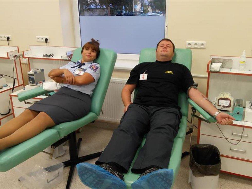 Celníci darovali krev ve čtvrtek 3. října 2019. V benešovské transfuzní stanici se jich kvůli tomu sešlo osmadvacet.