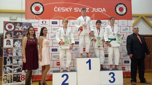 Bronz judisty Matěje Benáka (na stupních první zprava) z Mistrovství ČR.
