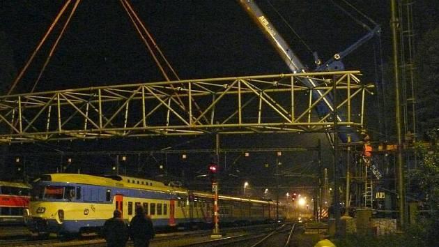 V noci z úterý na středu usadili stavbaři  novou lávku pro pěší a cyklisty přes nádraží