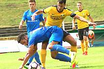 Sokolovský kapitán Vít Vrtělka (ve žlutém) masíruje vlašimského Frizoni Da Cruz Dias Bernarda.