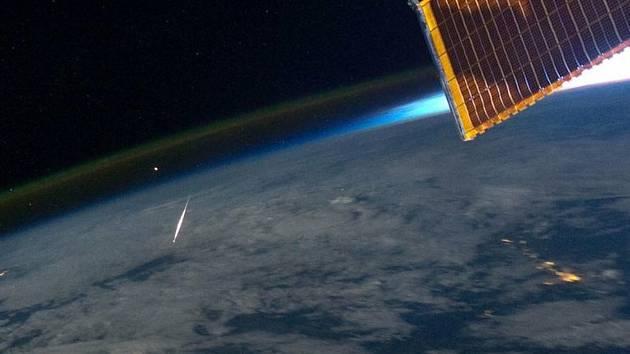 To, co představuje fotografie americké NASA, ilustruje jev, který se se v pátek ráno patrně skryl za oblačností nad českým územím.