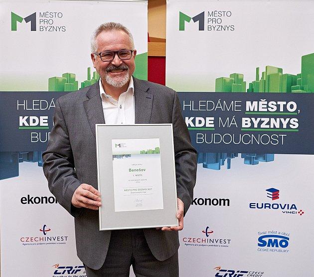 Ocenění pro středočeského vítěze srovnávacího hodnocení Město pro byznys přijel ve čtvrtek převzít do Prahy starosta Benešova Petr Hostek (ČSSD).