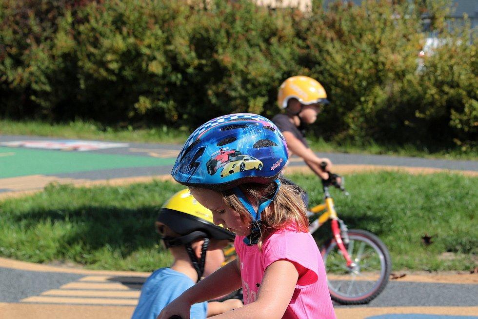 Na dopravním hřišti v areálu Mateřské školy v Týnci nad Sázavou.