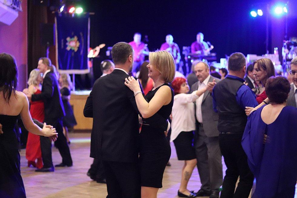 Ples v režii peceradských dobrovolných hasičů nabídl kapelu Coda, taneční vystoupení dětí i jízdu na kole.