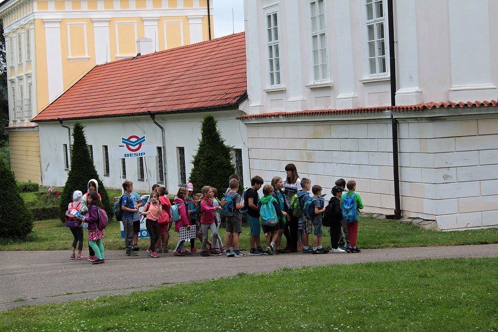 Bezpečně do prázdnin. Setkání dětí z mateřských a základních škol v zámeckém parku ve Vlašimi.