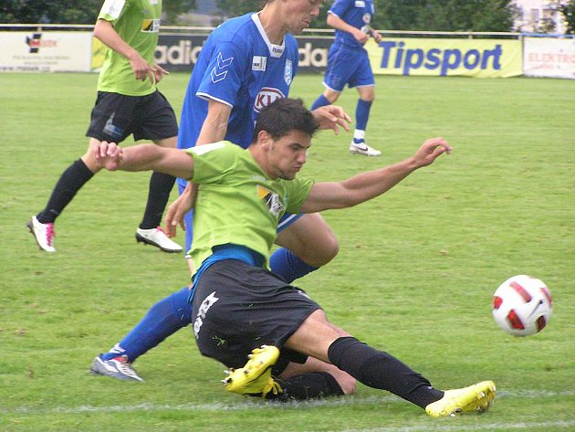 Vlašimský stoper Marek Nešpor (v modrém) nenechal dýchat u lajny mosteckému Gevorgovi Badalyanovi.