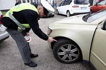 Policisté se při silničních kontrolách zaměřují na zimní pneumatiky.