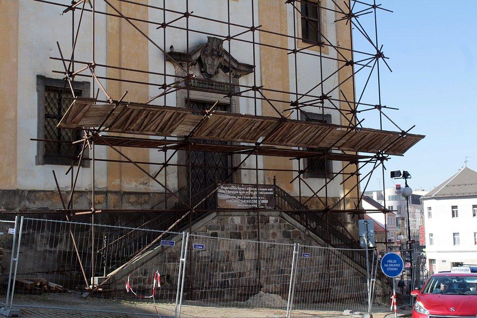 Z rekonstrukce kostela sv. Anny v Benešově.