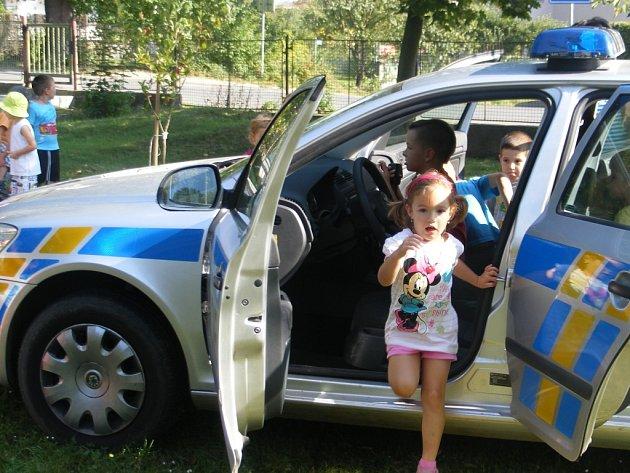 Děti z týnecké školky zajímalo nejvíce služební vozidlo.