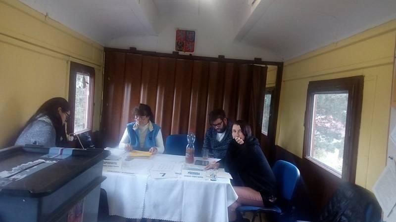 V Líšně pojali volební místnost netradičně. Voliči volili ve vlakovém vagónu.