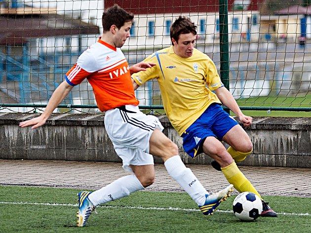 Útočník benešovského béčka Luboš Balata (ve žlutém) se v zápase se Všenory gólově neprosadil.