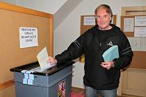 Momentka z druhého dne komunálních a senátních voleb v Týnci nad Sázavou - Podělusech.