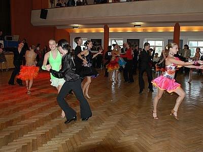 Do Týnce nad Sázavou si v sobotu přijelo zhruba 180 tanečních párů zatančit o Konopišťskou růži.