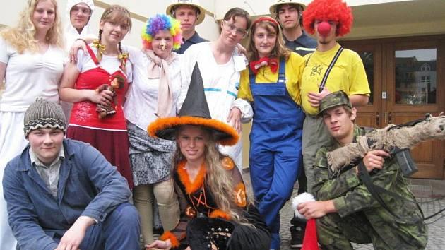 Studenti benešovskévo gymnázia ještě před vysvědčením a svatým týdnem, kdy ponoří své hlavy do maturitních otázek, vybírali peníze v okolí jejich školy