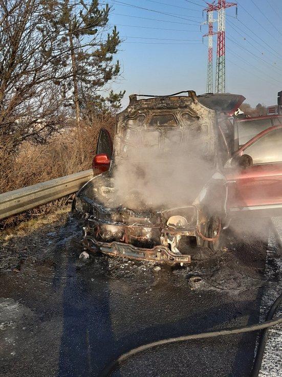 Požár automobilu na dálnici D11 ve čtvrtek 25. února 2021.