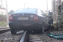 Auto zablokovalo druhou traťovou kolej do Čerčan. Železničáři museli nad ní  vypnout proud