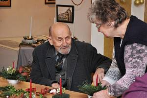Senioři se bavili při vánočním tvoření.