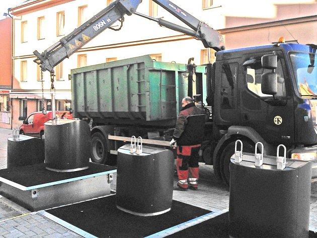 Vyvážení podzemních kontejnerů na rohu Malého náměstí.