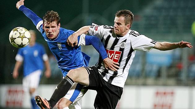 V souboji se střetli domácí obránce Aleš Hanzlík a útočník Vlašimi Milan Ujec (v modrém).