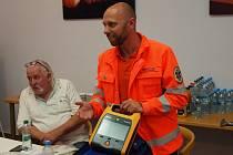 Předávání batohů s defibrilátory policistům.