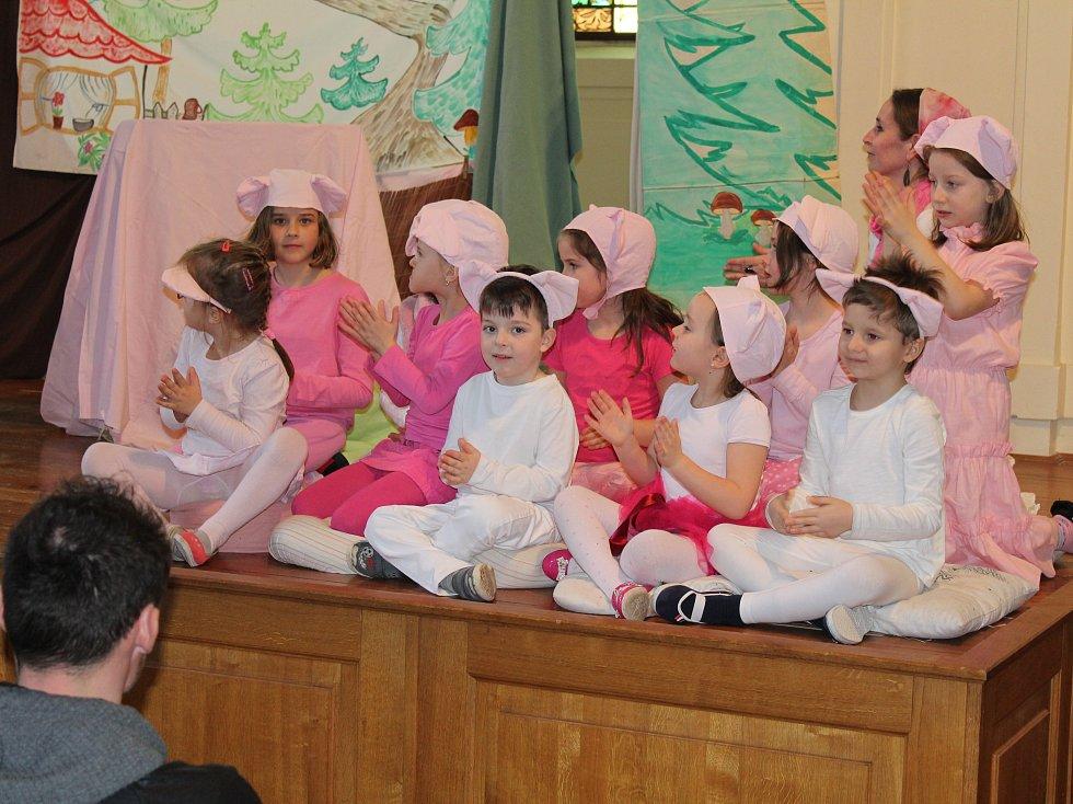 Děti, které dochází do dramatického kroužku, se pilně připravovali na vystoupení O třech prasátkách.