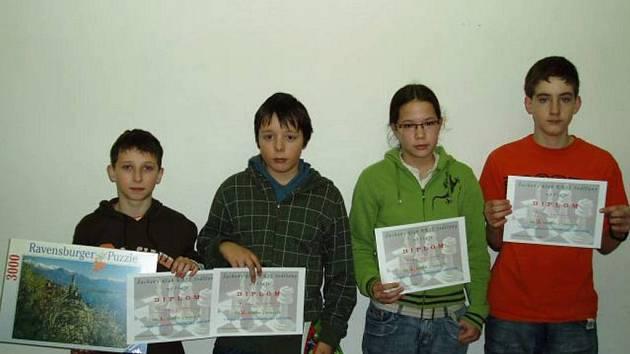 Na šachovém turnaji žáků v Sedlčanech byl neúspěšnější David Zvára (vlevo). Za ním skončill druhý Martin Pospíšil, třetí Adéla Nguyenová a čtvrtou příčku obsadil Petr Jordán (vpravo).