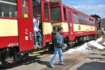 Žáci Základní školy Kouřimi na Kolínsku vystupují po nehodě z vlaku.