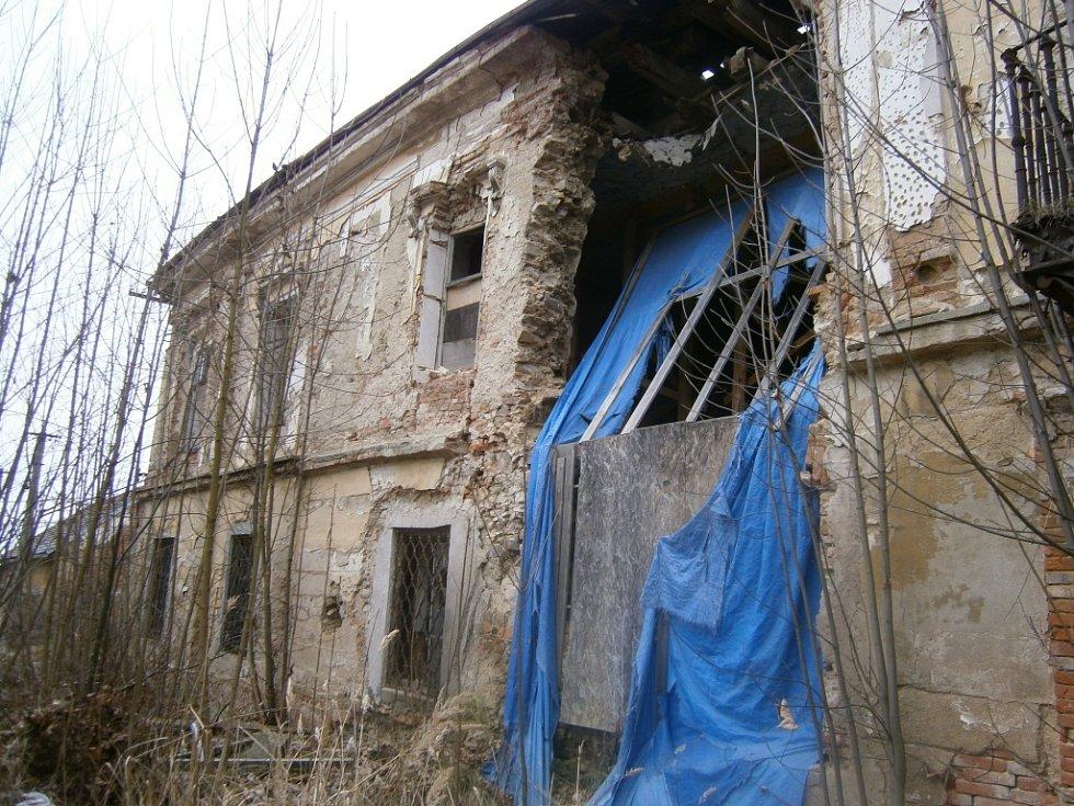 Zámek v Pravoníně je již dlouhodobě v katastrofickém stavu. Ani nynější majitelé nepřikročili k žádným, větším opravám. Proto budova stále více chátrá.