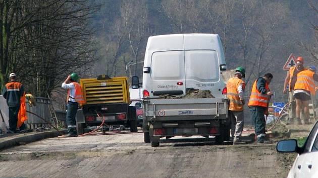 Oprava mostu přes hlavní silnici I/3 odřízla částečně Nové Městečko  u Ćerčan  od světa. Na Starou benešovskou musí motoristé odbočit už v Mrači a jet přes Poříčí