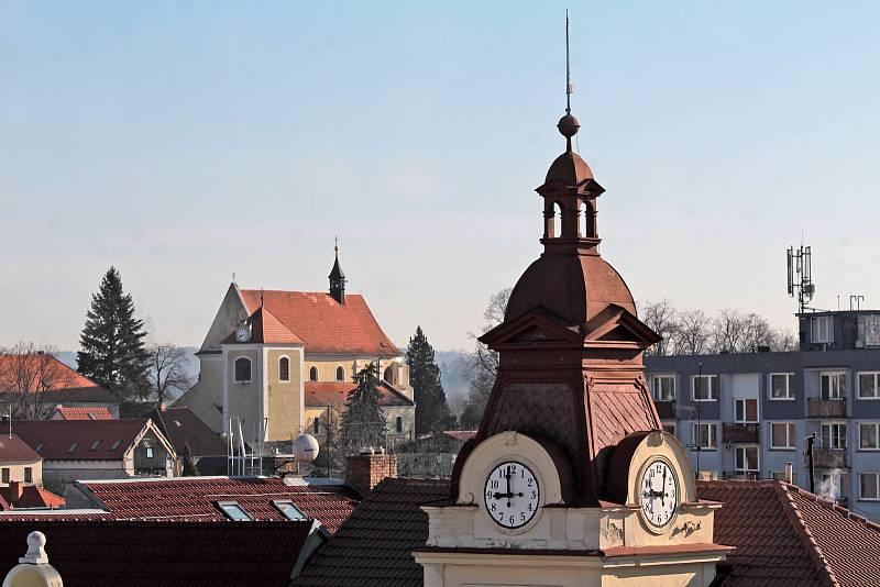 Benešov při pohledu ze střechy kostela sv. Anny - kostel sv. Mikuláše na Karlově, v popředí věž justičního paláce.