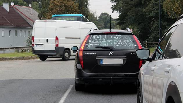Jak moc hýbou Českem parlamentní volby, se dá zjistit třeba při čekání na křižovatce v Benešově.