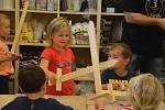 Děti z mateřinky MiniSvět si vyrobily dřevěný rytířský meč.