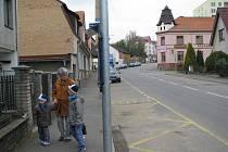 Nově umístěný označník autobusové zastávky v Hráského ulici už dětem snad neublíží.