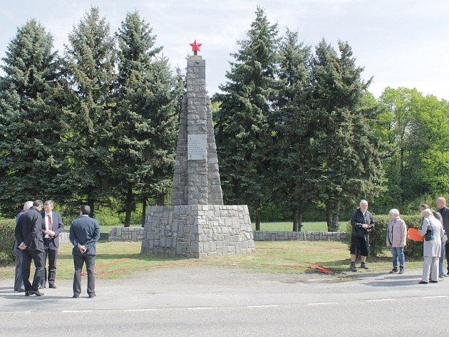 Pomník u Dobříčkova má po letech na svém vrcholu pěticípou hvězdu.