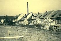Benešovské sídliště Spořilov: stavba vojenských domů u koželužny v roce 1955.