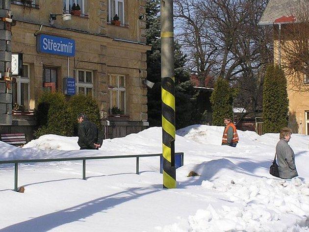 Připravovaná trasa koridoru zcela mine stávající stanice Heřmaničky, Ješetice a Střezimíř.