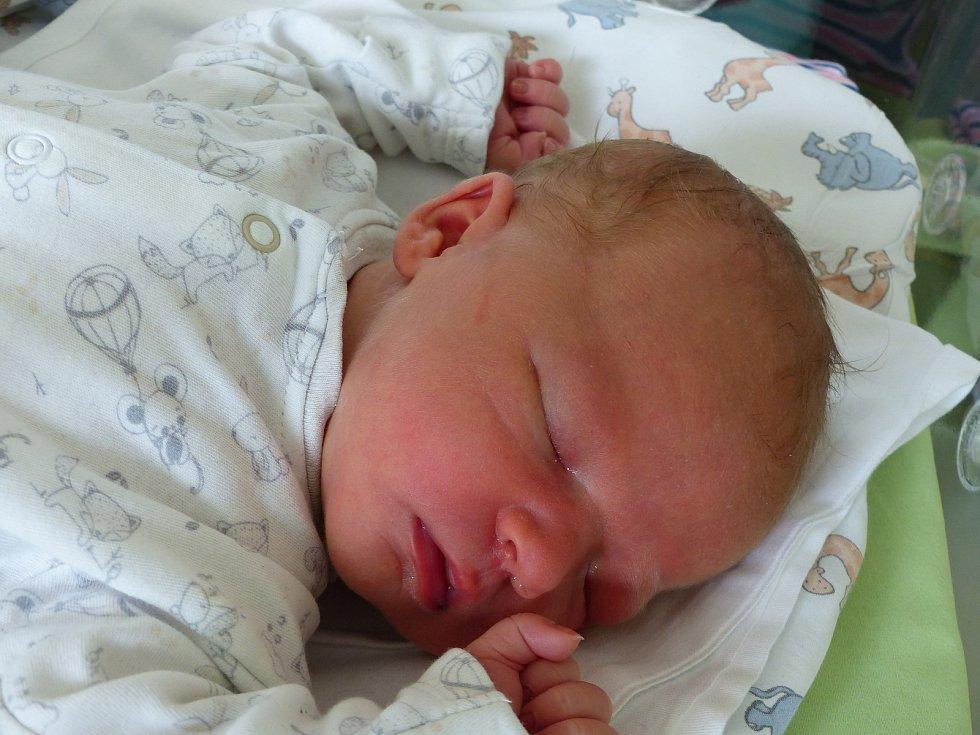 Ema Boubínová se narodila 16. července 2021 v kolínské porodnici, vážila 4220 g a měřila 51 cm. Do Uhlířských Janovic odjela s bráškou Matyášem (3) a rodiči Kristýnou a Petrem.