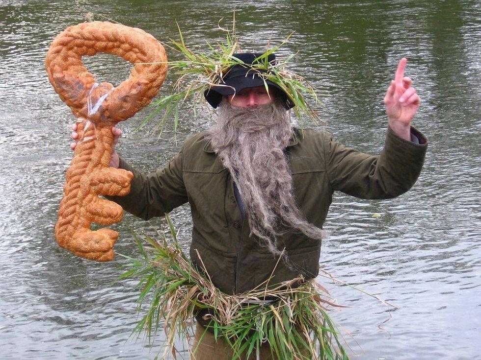 Dědek Sázava s pomyslným klíčem, kterým každoročně zamyká řeku Sázavu