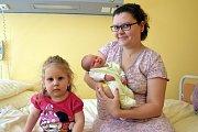 Malý Ondřej Bambas manželů Nikol a Jiřího Bambasových se narodil v úterý 6. června v 16.41. Při narození vážil 3 350 gramů a měřil 49 centimetrů. Doma v Bystřici už se na něj těší sestřička Ella (2), která bratříčka navštívila i v porodnici.