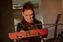 Z realizace online koncertu zpěvačky Lenky Dusilové v Muzeu umění a designu v Benešově.