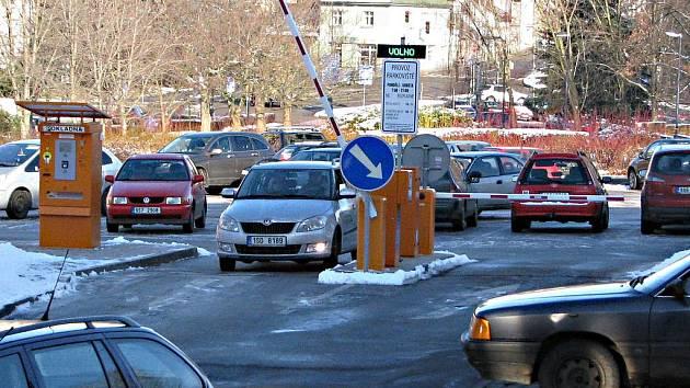 Parkoviště v Benešově Pod Brankou zatím dětské nemoci nevychytalo.