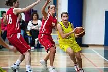 Tereza Hřebíková (ve žlutém) vstřelila v sobotním vítězném domácím zápase s Brnem šestnáct bodů, v neděli již třináct bodů na výhru nestačilo.