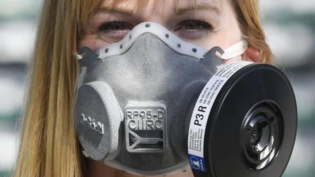 Manažerka komunikace Českého institutu informatiky, robotiky a kybernetiky ČVUT v Praze Alena Nováková pózovala fotografovi s respirátorem nejvyšší třídy vyrobeným pomocí 3D technologie.